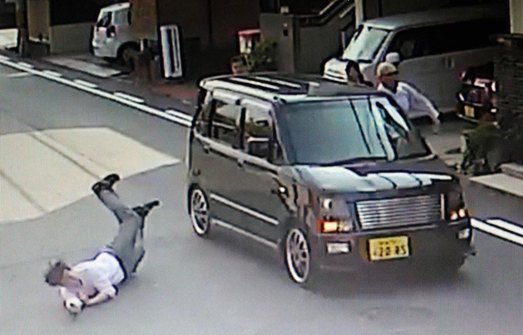 近隣住民の防犯カメラには、収監のため大阪地検岸和田支部を訪れた女が、男が運転する車に乗り込み逃走するようすが映っていた =30日、大阪府岸和田市(近隣住民提供)
