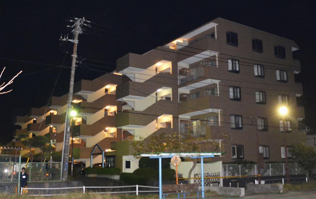 成人男性の遺体が見つかったマンション=7日夜、神奈川県横須賀市
