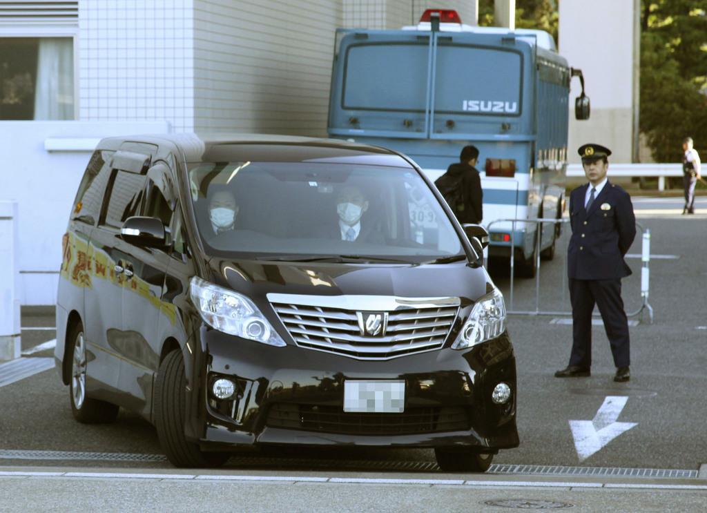送検のため、東京湾岸署を出る国母和宏容疑者を乗せた車=8日午前(ナンバープレートを画像加工しています)