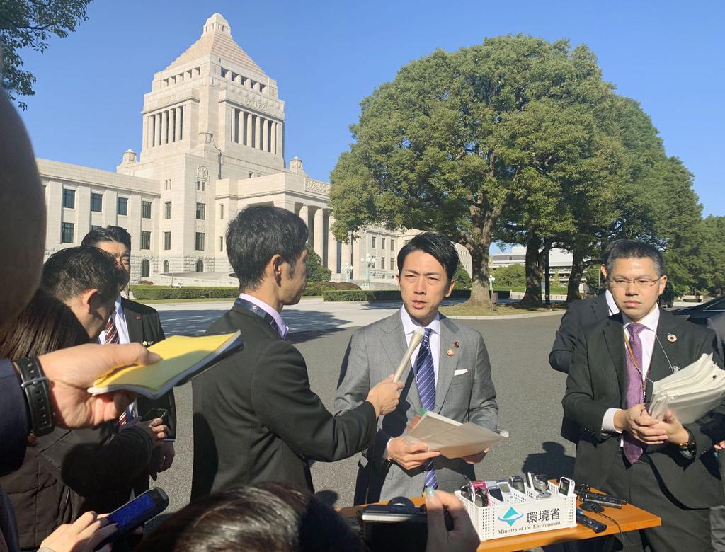 国会の前庭で閣議後の記者会見をする小泉環境相=8日午前