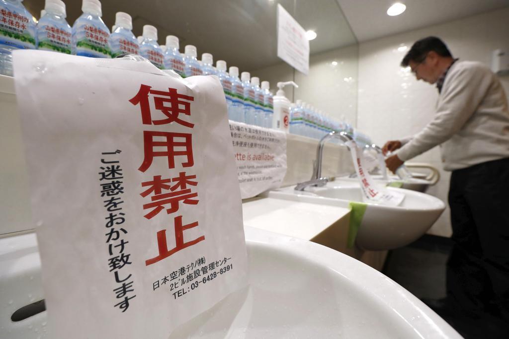 断水が続く羽田空港第2ターミナルビルのトイレに張られた使用禁止の張り紙=8日午前8時25分