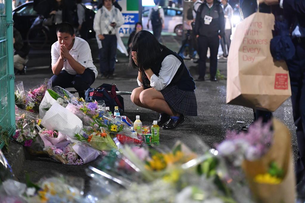 【川崎児童殺傷事件】現場には多くの人が花を手向けに訪れ、手を合わせた=川崎市多摩区(川口良介撮影)