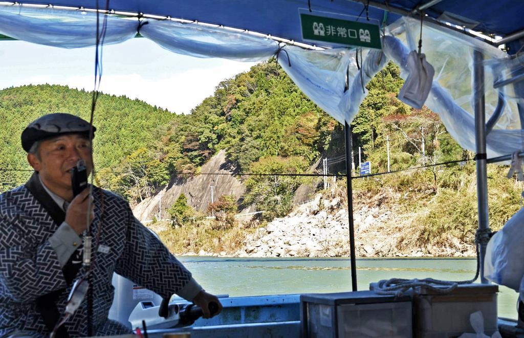 再開された阿武隈川の川下り。船からの眺めには紅葉と台風の爪痕とが同居する=8日、宮城県丸森町(千葉元撮影)