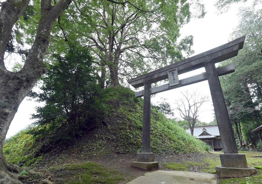 楠木神社の鳥居。左に見える小山が「遙拝壇」 =茨城県鉾田市上太田(酒巻俊介撮影)