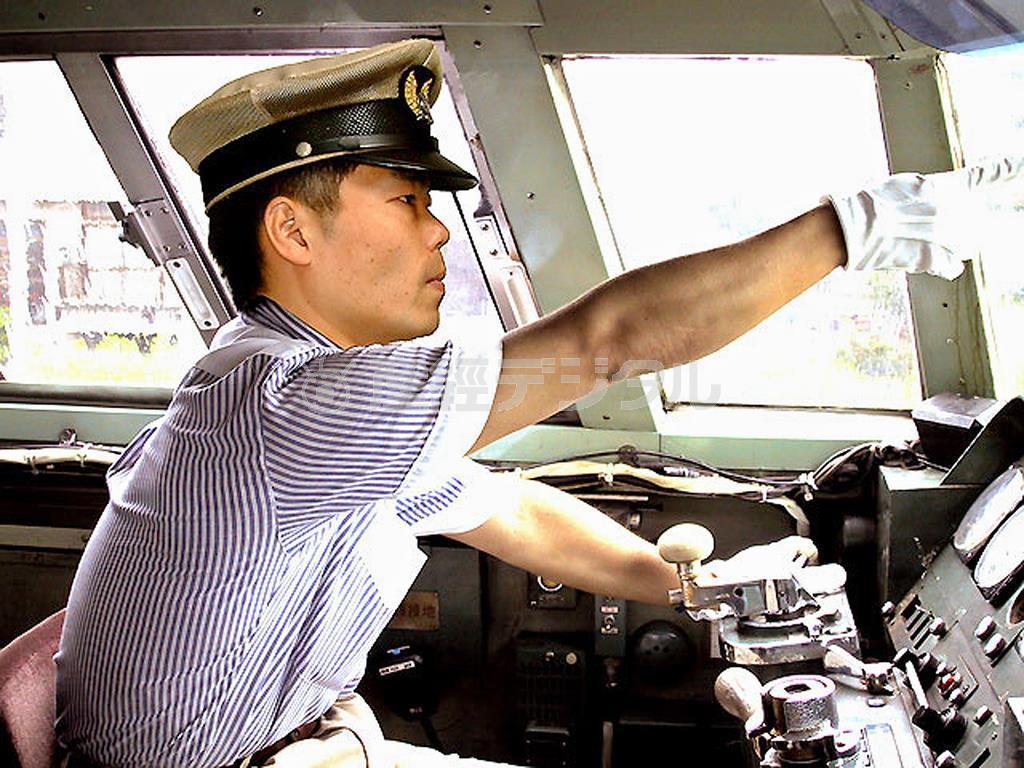 運転士時代の三日月さん。前方の安全確認をしっかりと行う(三日月大造公式サイト」から)http://www.genki1.com