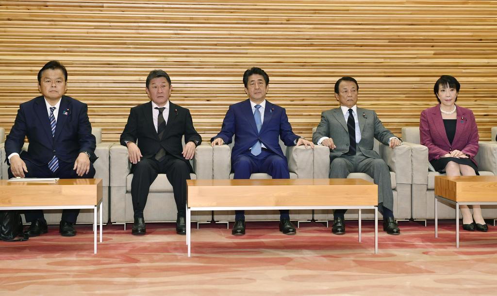 閣議に臨む(左から)赤羽国交相、茂木外相、安倍首相、麻生財務相、高市総務相=8日午前、首相官邸
