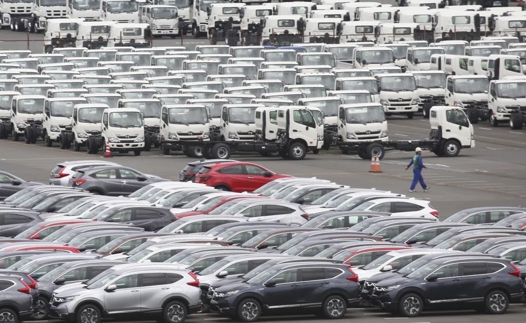 製造されたばかりの車の列=7月、横浜港(AP)