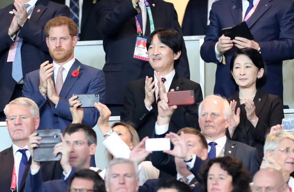 ラグビーW杯の決勝戦の前に拍手を送られる秋篠宮ご夫妻と英国のヘンリー王子=横浜市の日産スタジアム(山田俊介撮影)