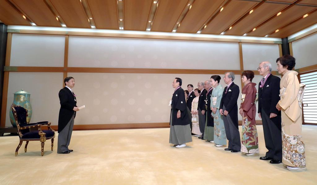 文化勲章受章者夫妻の拝謁を受け、おことばを述べられる天皇陛下=3日午前、皇居・宮殿「竹の間」(古厩正樹撮影)