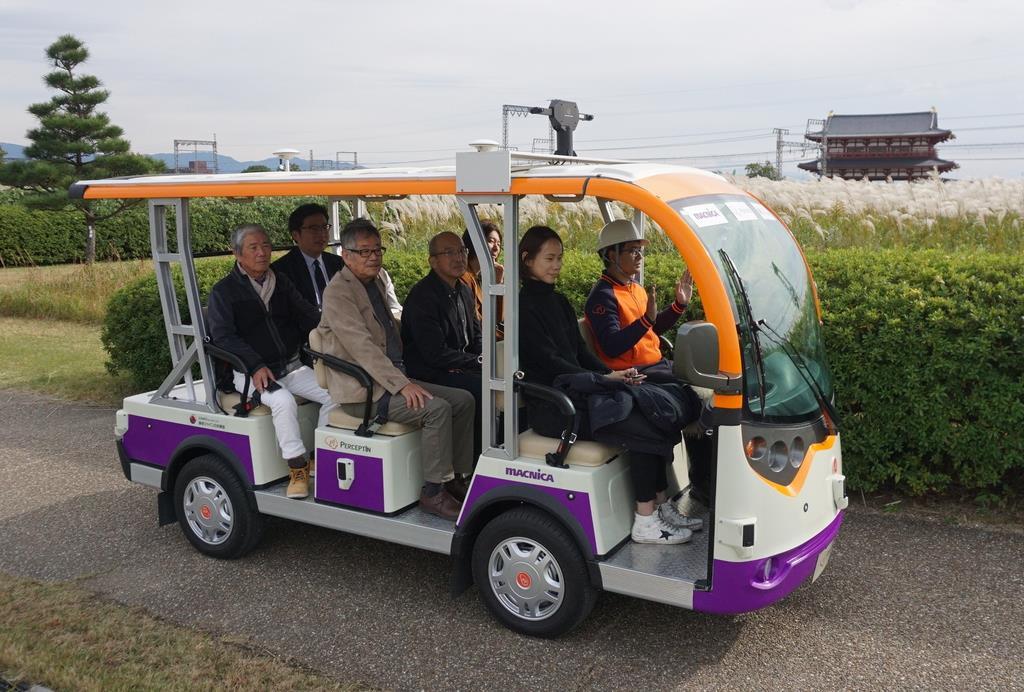 平城宮跡歴史公園内を自動運転で周遊する「マイクロ・ロボットタクシー」=奈良市