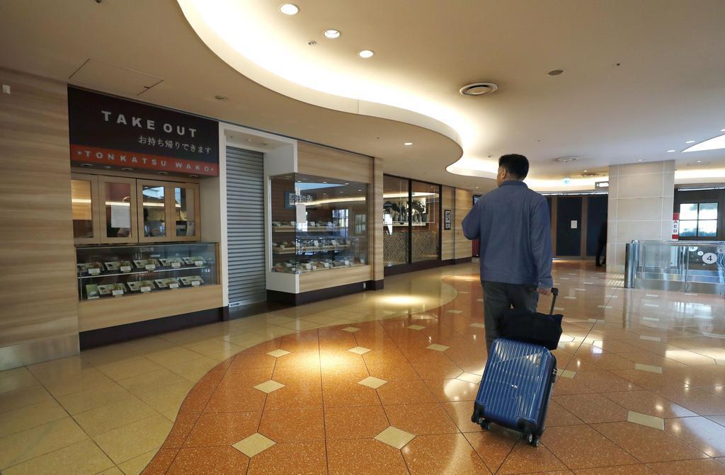 断水が続き閑散とする羽田空港第2ターミナルビルの飲食店=8日午前9時17分