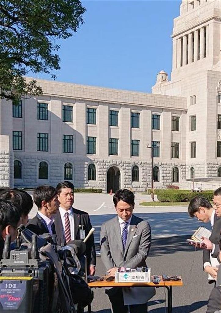 記者会見を行う小泉進次郎環境相(中央)=8日午前、国会前庭(奥原慎平撮影)