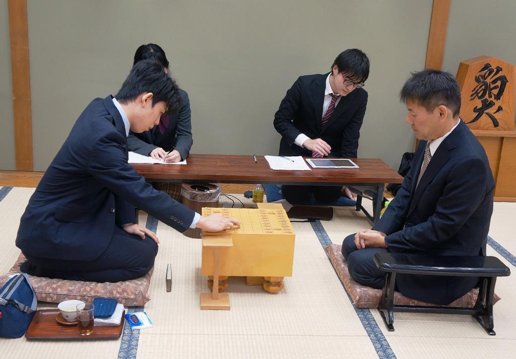 第91期ヒューリック杯棋聖戦2次予選。藤井聡太七段(左)と阿部隆八段の対局が始まった=8日午前、大阪市福島区の関西将棋会館