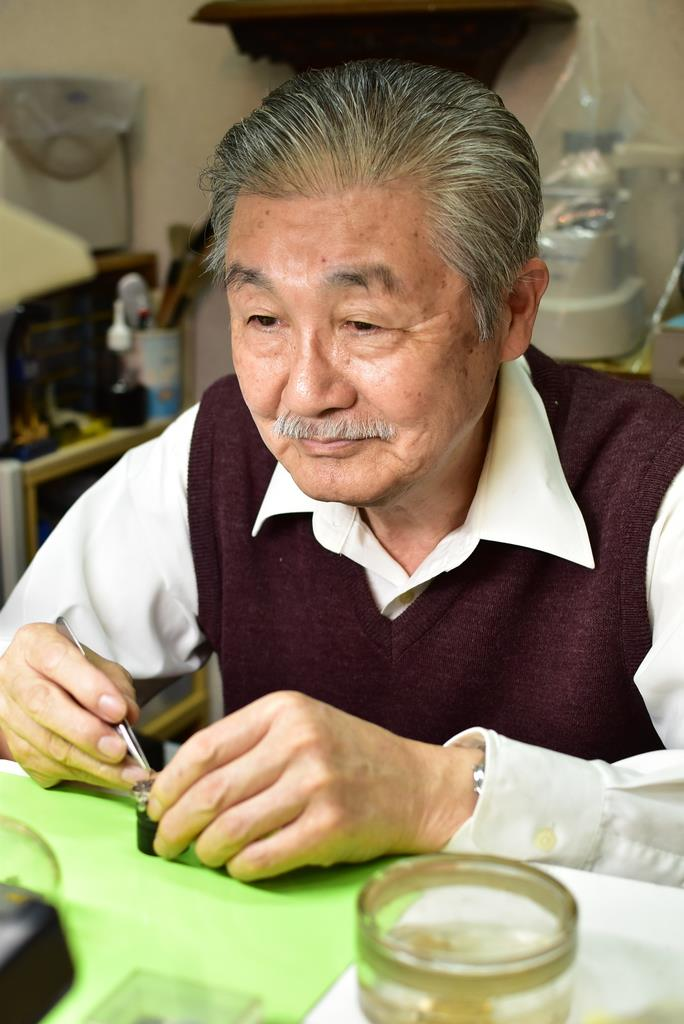 腕時計を修理する村松富近さん=沼津市原のムラマツ時計眼鏡店(田中万紀撮影)