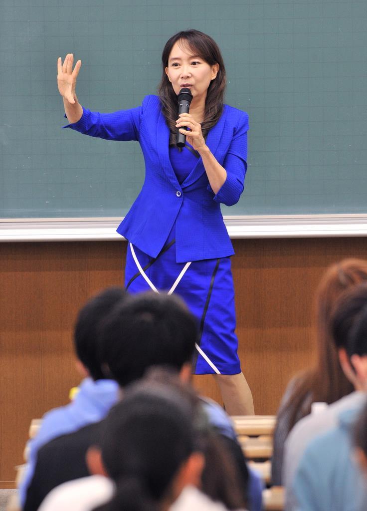 講演するアグネス・チャンさん=兵庫県西宮市