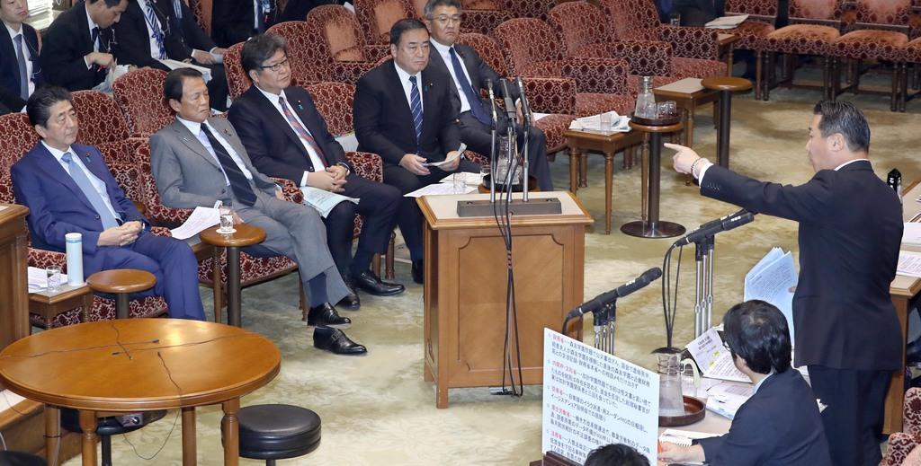 参院予算委員会で安倍晋三首相(左)に質問する立憲民主党・福山哲郎幹事長(右)=8日午後、参院第1委員会室(春名中撮影)