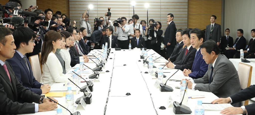 政府の全世代型社会保障検討会議で発言する安倍晋三首相(右手前から2人目)=8日午後、首相官邸(春名中撮影)
