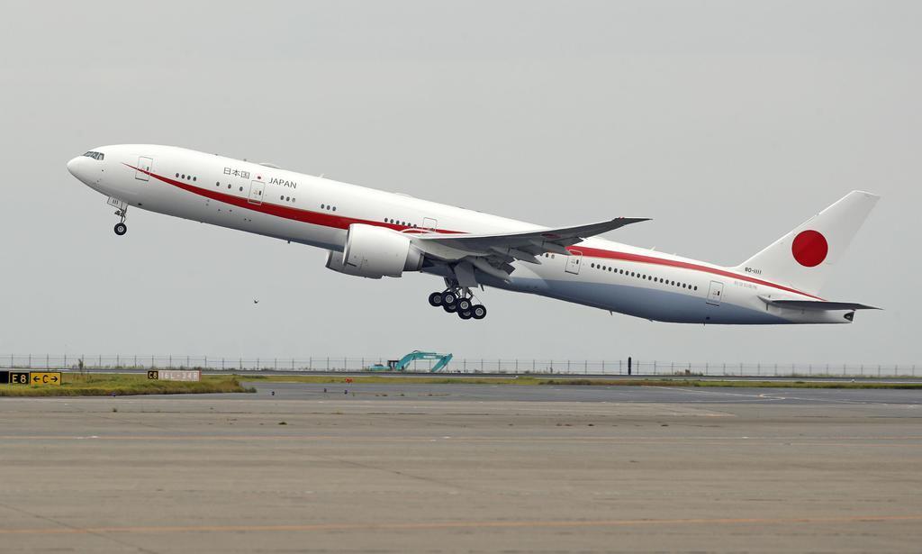安倍晋三首相らが搭乗し、バンコクへ向け離陸する政府専用機=11月3日、羽田空港