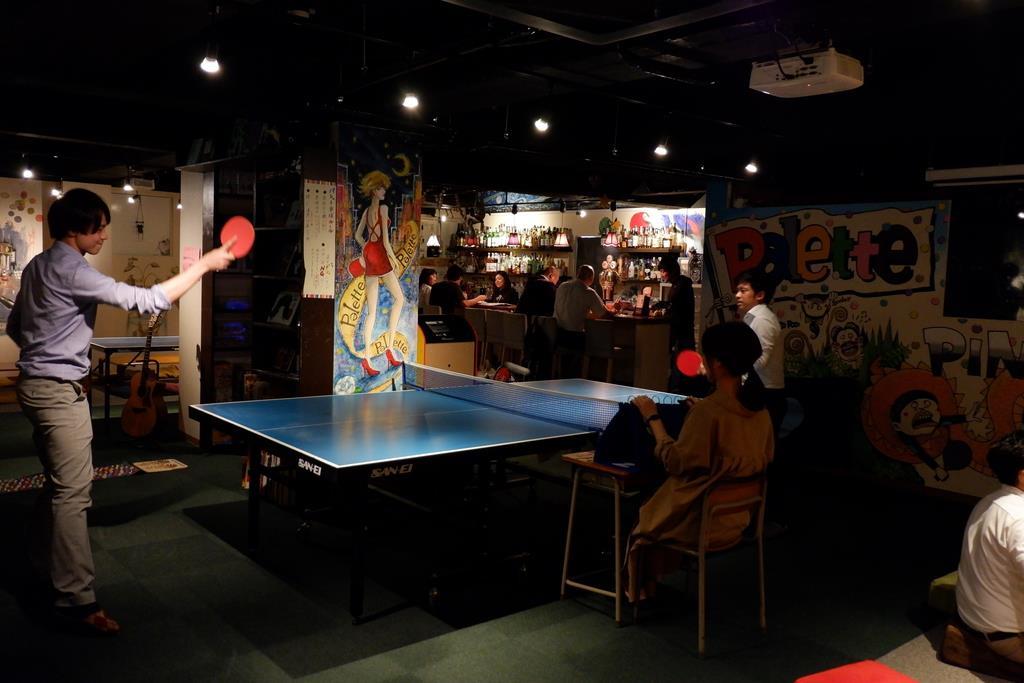 卓球バーラウンジパレット。飲食の合間に興じる人も多く、仲間内のコミュニケーションの一環として人気という=大阪市北区