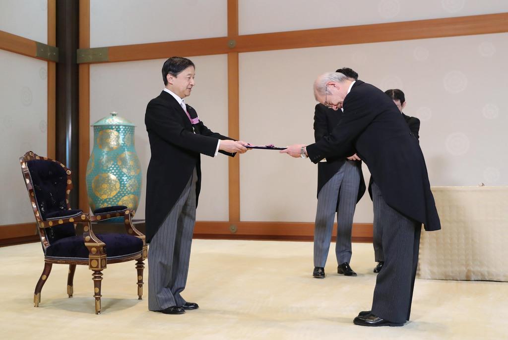 文化勲章親授式で、ノーベル化学賞に決まった吉野彰氏に勲章を手渡される天皇陛下=3日午前、皇居・宮殿「竹の間」(古厩正樹撮影)