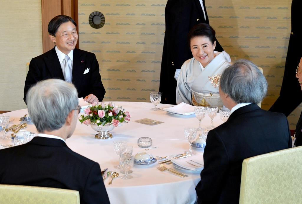 文化勲章受章者と文化功労者を招いた茶会で出席者と懇談される天皇、皇后両陛下=5日午後、皇居・宮殿「連翠」(代表撮影)