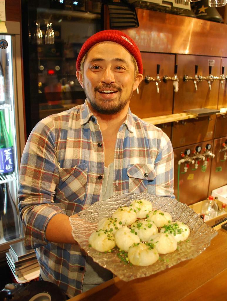 「さんまのポーポー焼き小籠包」を提供するトレジオンの吉田慶社長