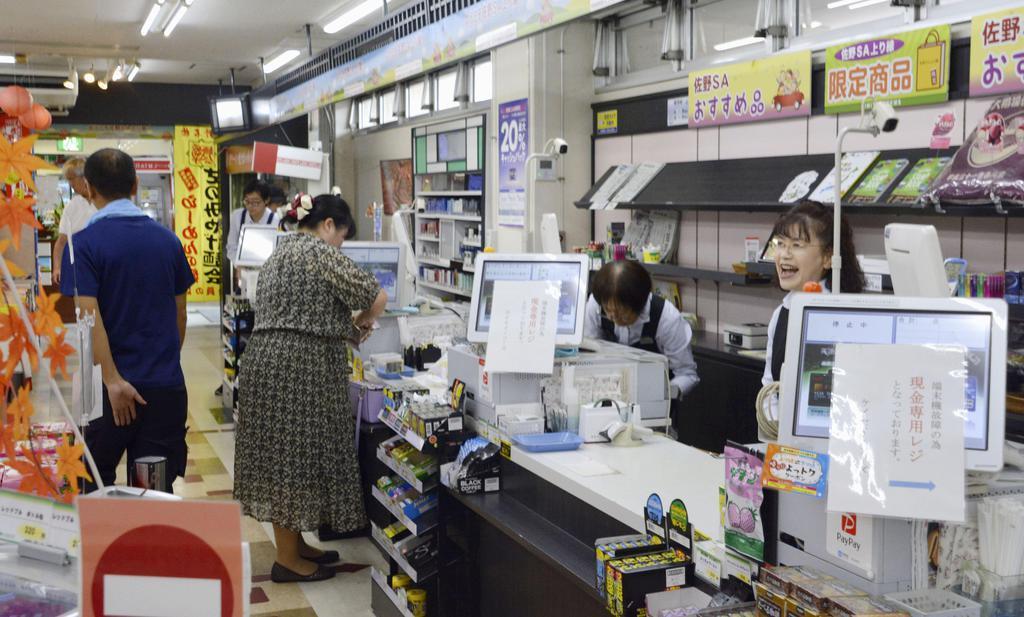 ストライキが収束した東北自動車道佐野サービスエリア上り線の売店で働く従業員ら=9月24日午前、栃木県佐野市