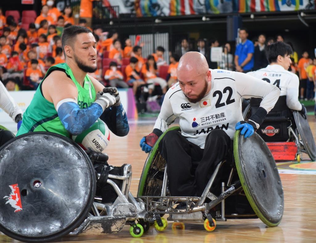 タックルでブラジル人選手の動きを止める乗松聖矢選手(右)