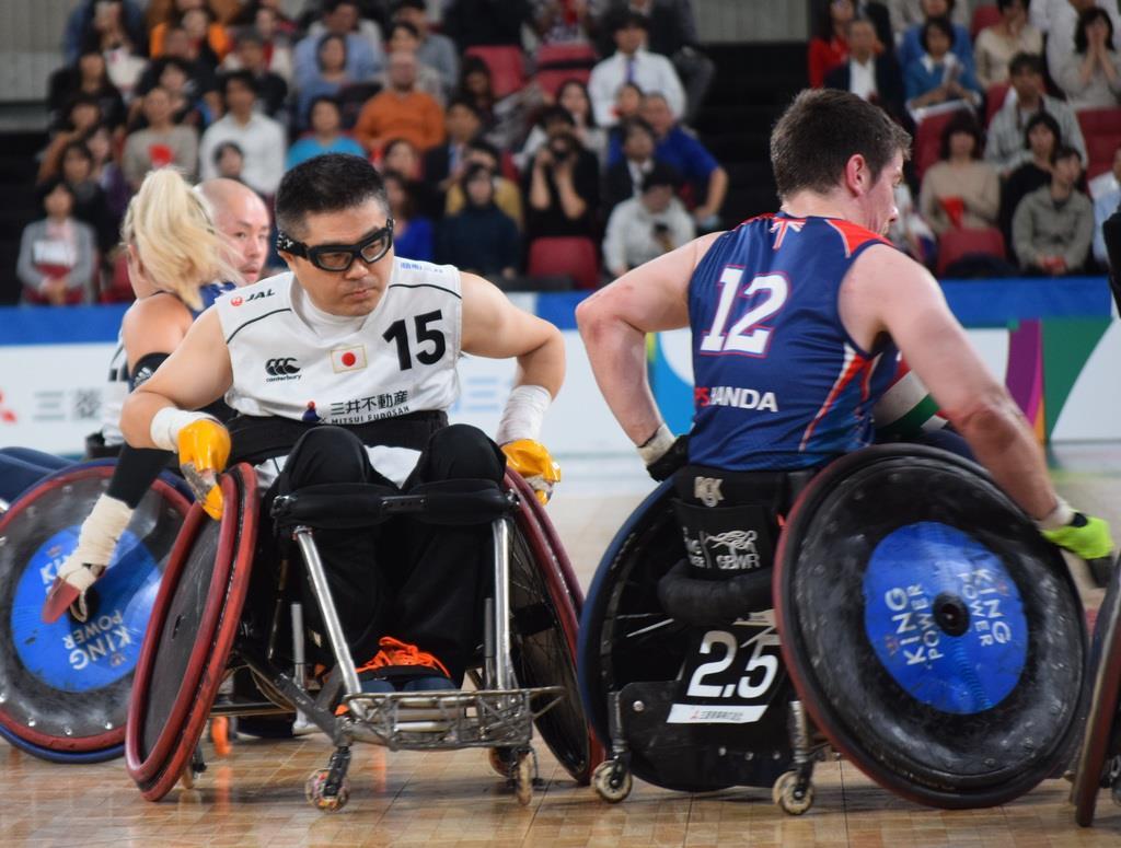 ミドルポインターのフランス人選手をマークする岸光太郎選手(左)