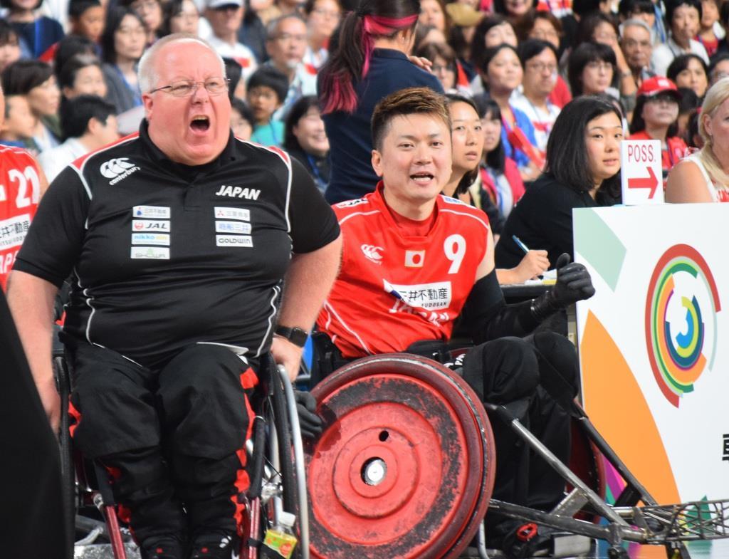 ベンチから激励するケビン・オアーヘッドコーチ(左)と今井友明選手