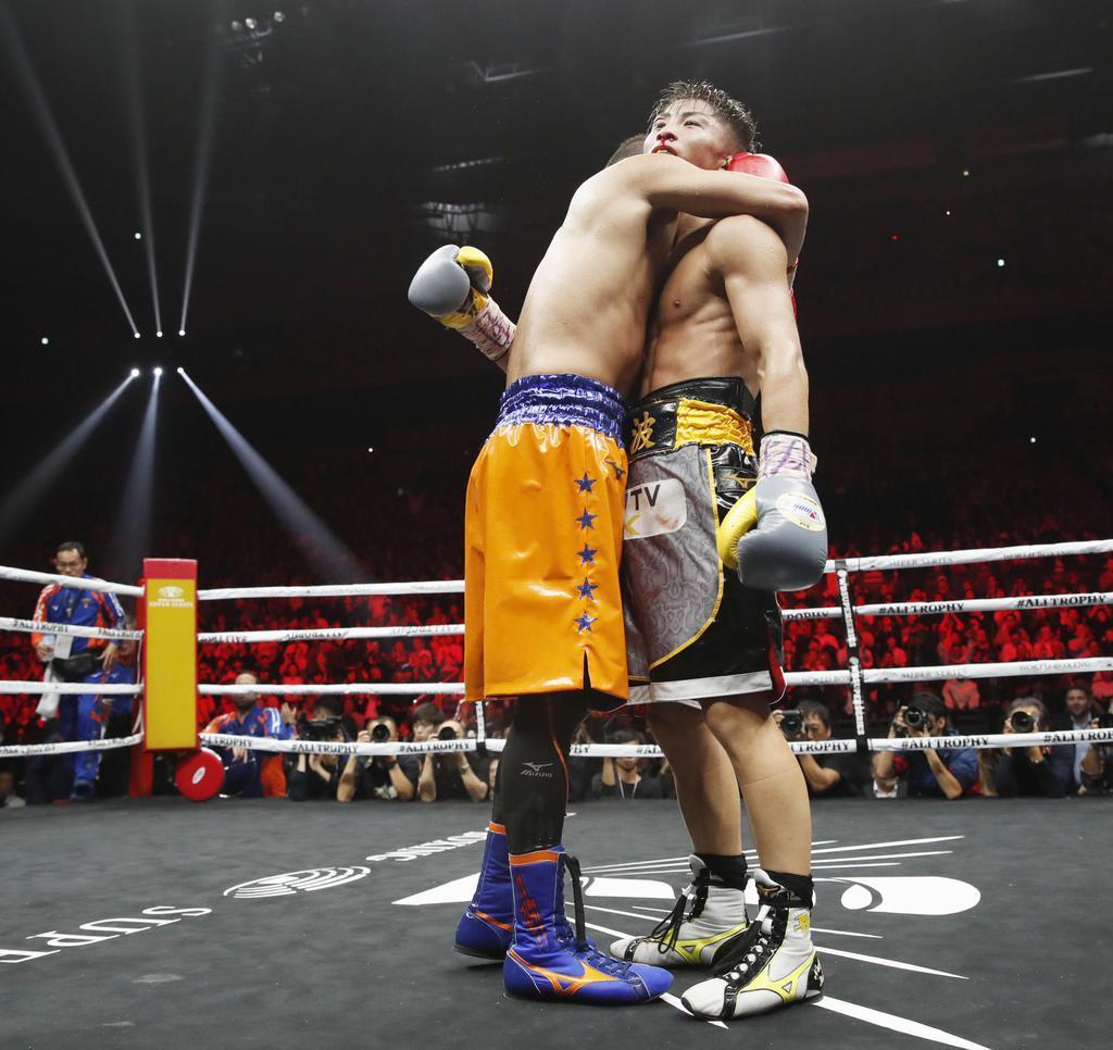 12回を戦い終え、抱き合うノニト・ドネア(左)と井上尚弥=7日、さいたまスーパーアリーナ