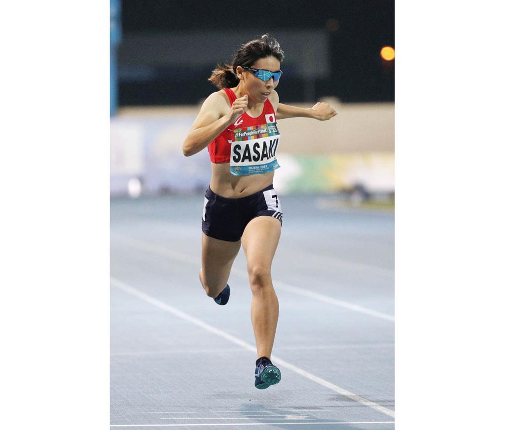 女子400メートル(視覚障害)決勝 4位でゴールする佐々木真菜。東京パラリンピック代表に内定した=ドバイ(共同)