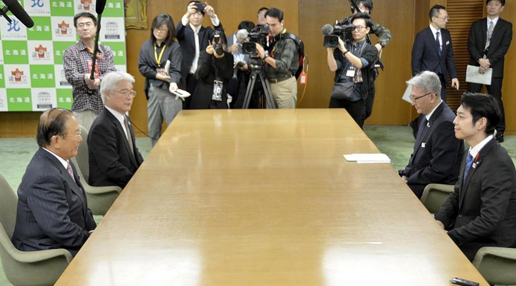 東京五輪のマラソンと競歩の札幌開催に関し、北海道の鈴木直道知事(手前右)と会談する組織委の武藤敏郎事務総長(同左)=8日午前、北海道庁