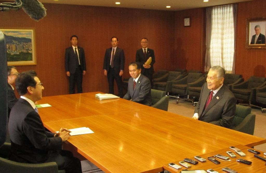 7日、札幌市役所を訪問した東京五輪・パラリンピック組織委員会の森喜朗会長(右)。マラソンと競歩の札幌開催について秋元克広市長(左)に改めて協力を要請した=市役所(森本利優撮影)