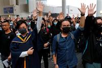 香港抗議現場付近で学生転落死 若者ら反発強める