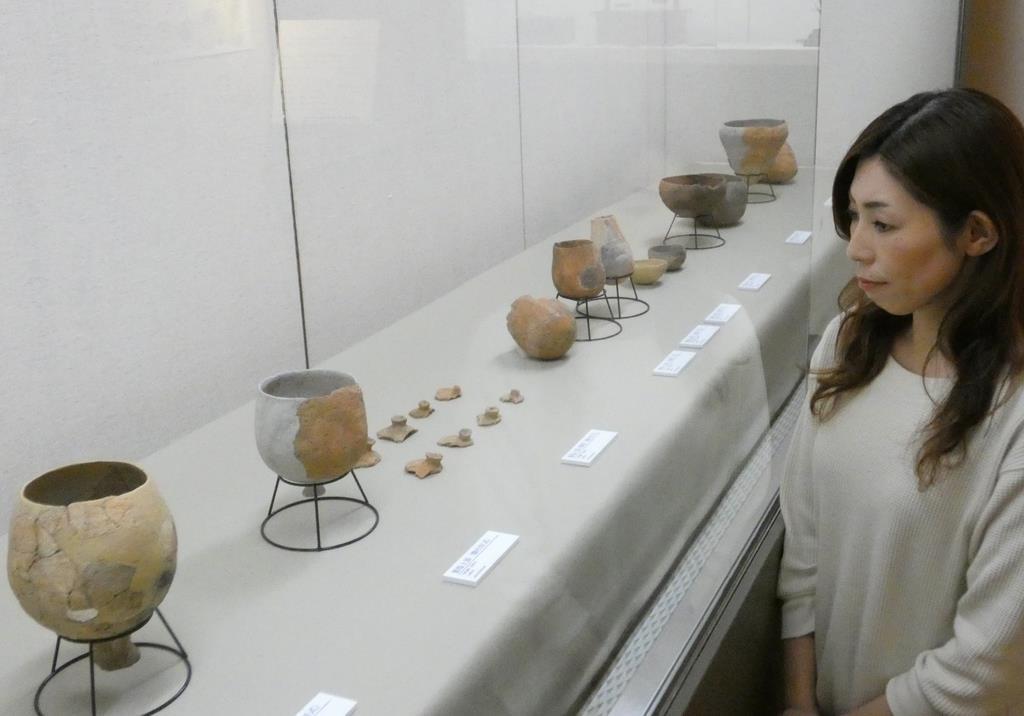 弥生時代から奈良時代までの製塩土器が年代順に並べられたコーナー=7日、洲本市立淡路文化史料館