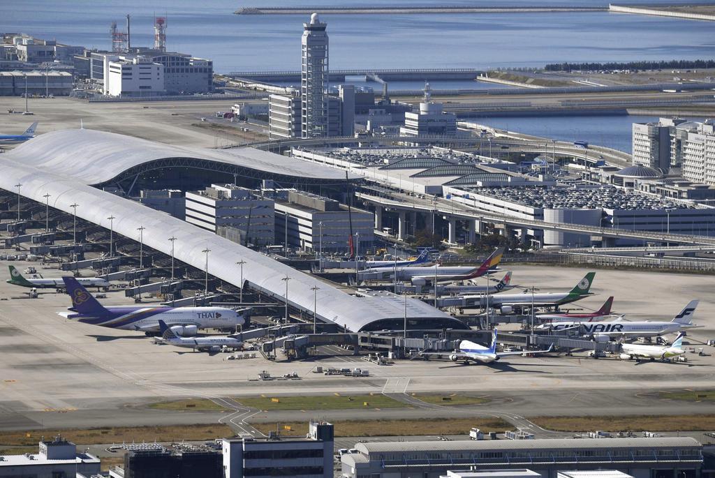 滑走路付近でドローンのようなものが目撃され、航空機の離着陸が一時停止された関西空港=9日午前10時55分