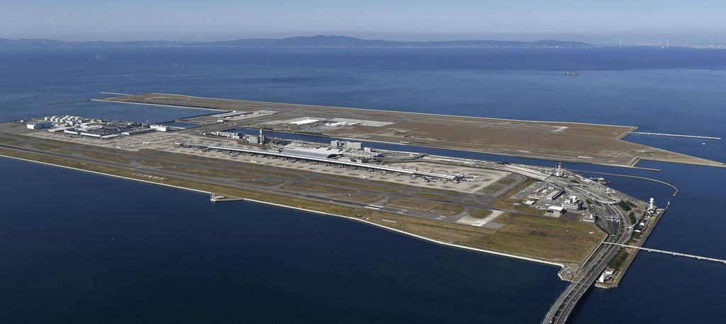 航空機の離着陸が一時停止された関西空港=9日午前10時52分