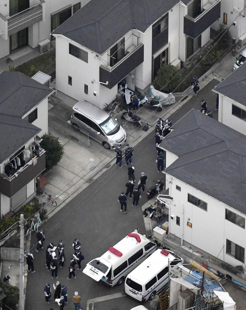 男性の遺体が見つかった民家(上)とその周辺を調べる捜査員=8日午後4時45分、東京都東久留米市(共同通信社ヘリから)