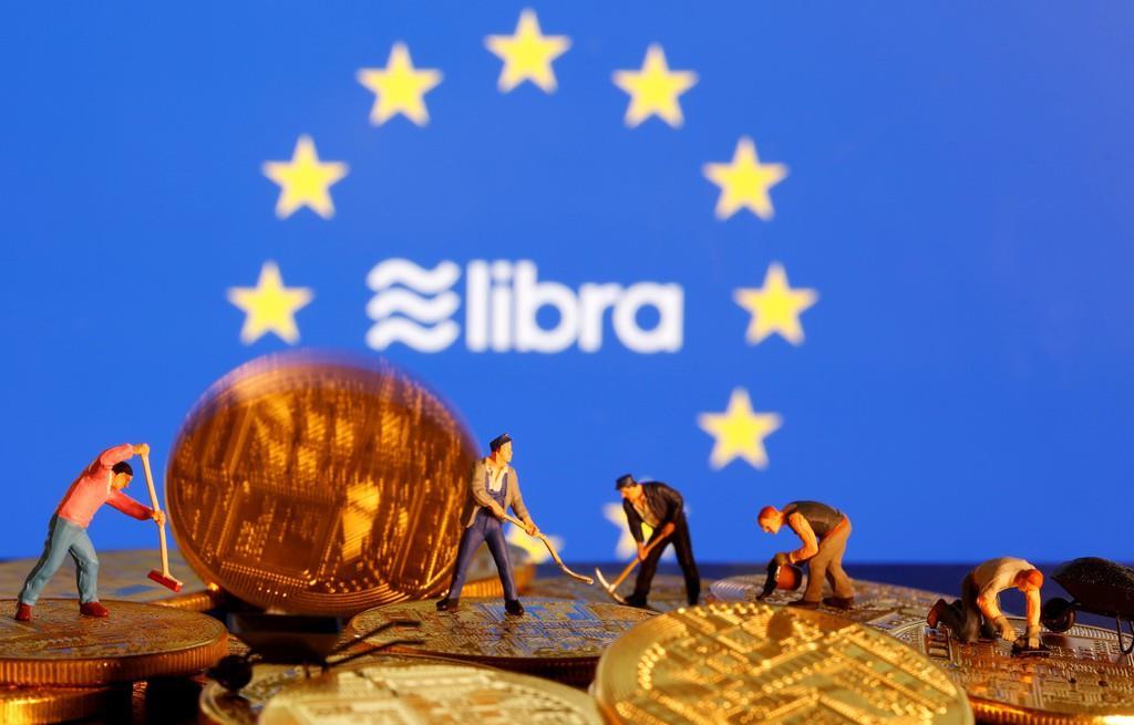 フェイスブックの仮想通貨「リブラ」のロゴとイメージ模型(ロイター)