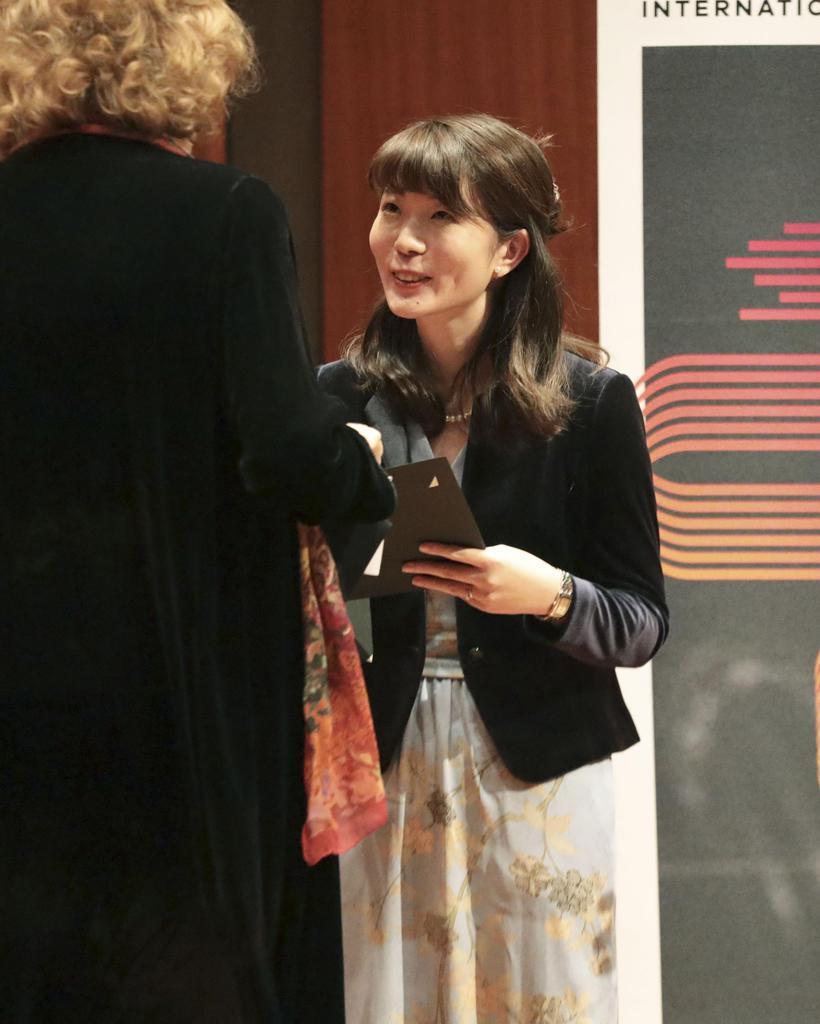 ジュネーブ国際音楽コンクールの作曲部門で優勝し表彰される高木日向子さん=8日、スイス・ジュネーブ(共同)