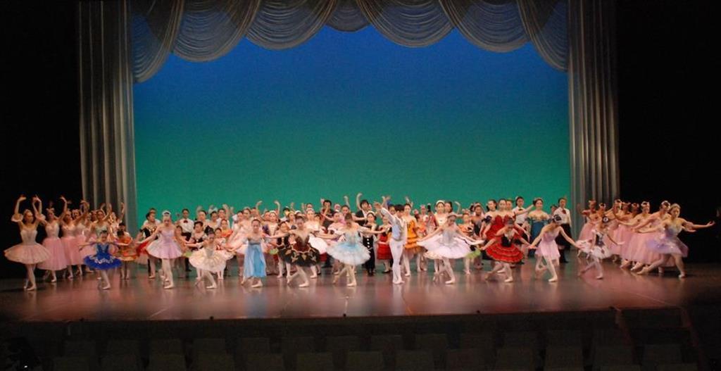 「第4回産経洋舞フェスティバルin長野」のフィナーレでは、参加者の有志が自慢の踊りを披露した=9日、長野市