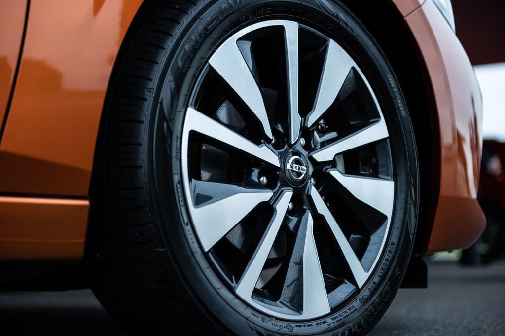 タイヤサイズは215/50 R17。