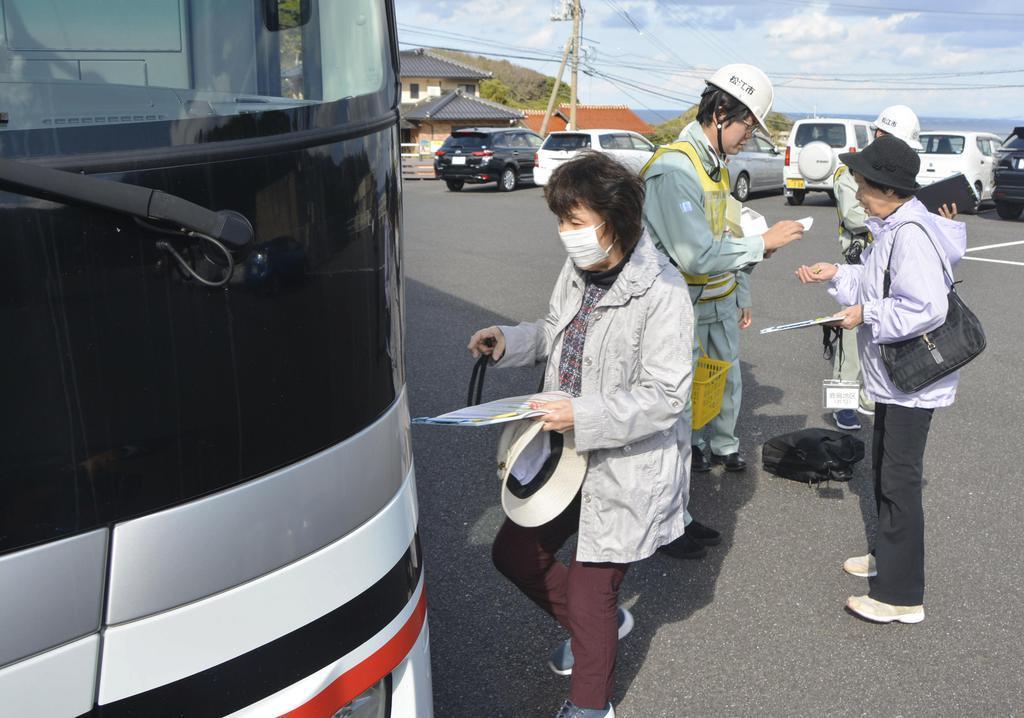 原子力総合防災訓練で、避難のためバスに乗り込む人たち=9日午前、松江市