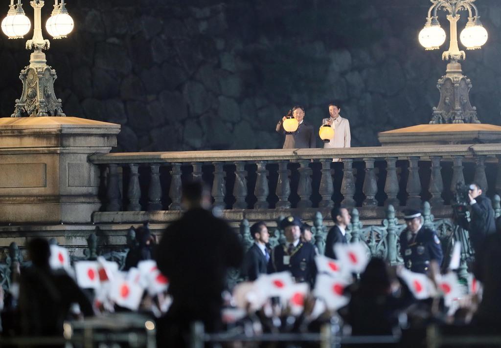 天皇陛下の即位を祝う国民祭典で万歳を受けられる天皇、皇后両陛下=9日、東京都千代田区(松本健吾撮影)
