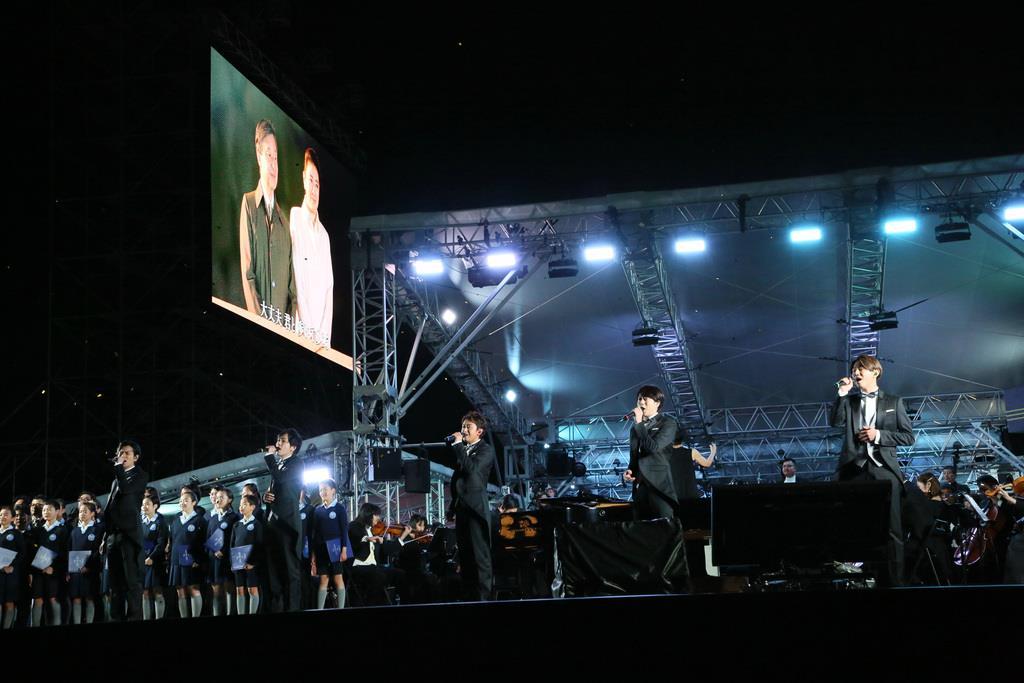 「天皇陛下御即位をお祝いする国民祭典」で奉祝曲を歌うアイドルグループ「嵐」のメンバー=9日午後、東京都千代田区(代表撮影)