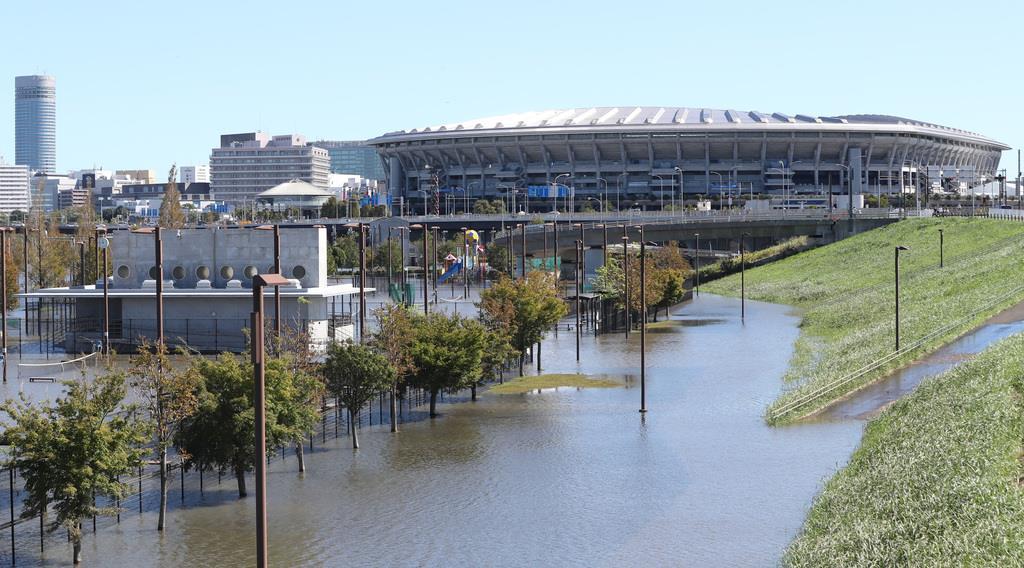 日本-スコットランド戦が行われた日産スタジアム(奥)近くの公園は、台風の影響で水がたまっていた=横浜市港北区(蔵賢斗撮影)