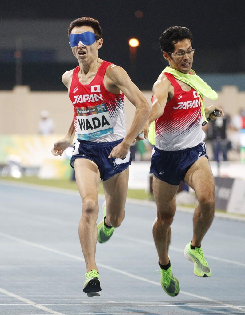 男子1500メートル(視覚障害)決勝 4位でゴールする和田伸也(左)。東京パラリンピック代表に内定した=ドバイ(共同)