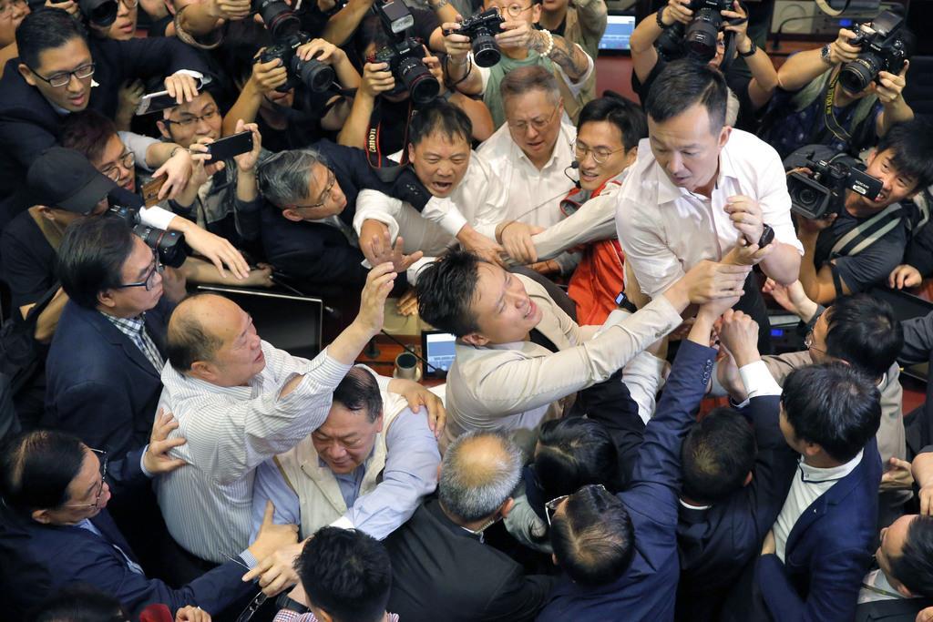 5月、香港立法会の審議でもみ合いになる民主派と親中派の議員ら(AP=共同)