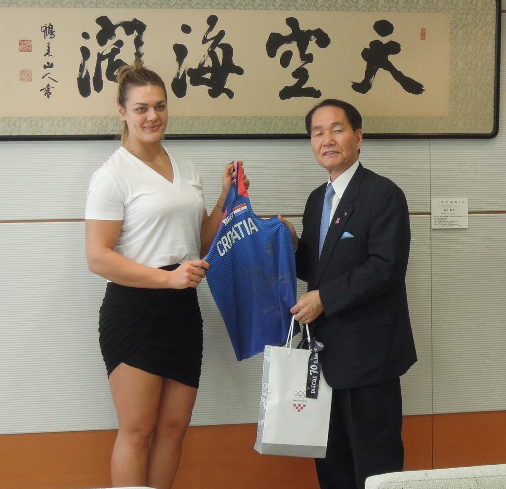 浜田恵造知事(右)にユニホームを贈るサンドラ・ペルコビッチ選手=香川県庁